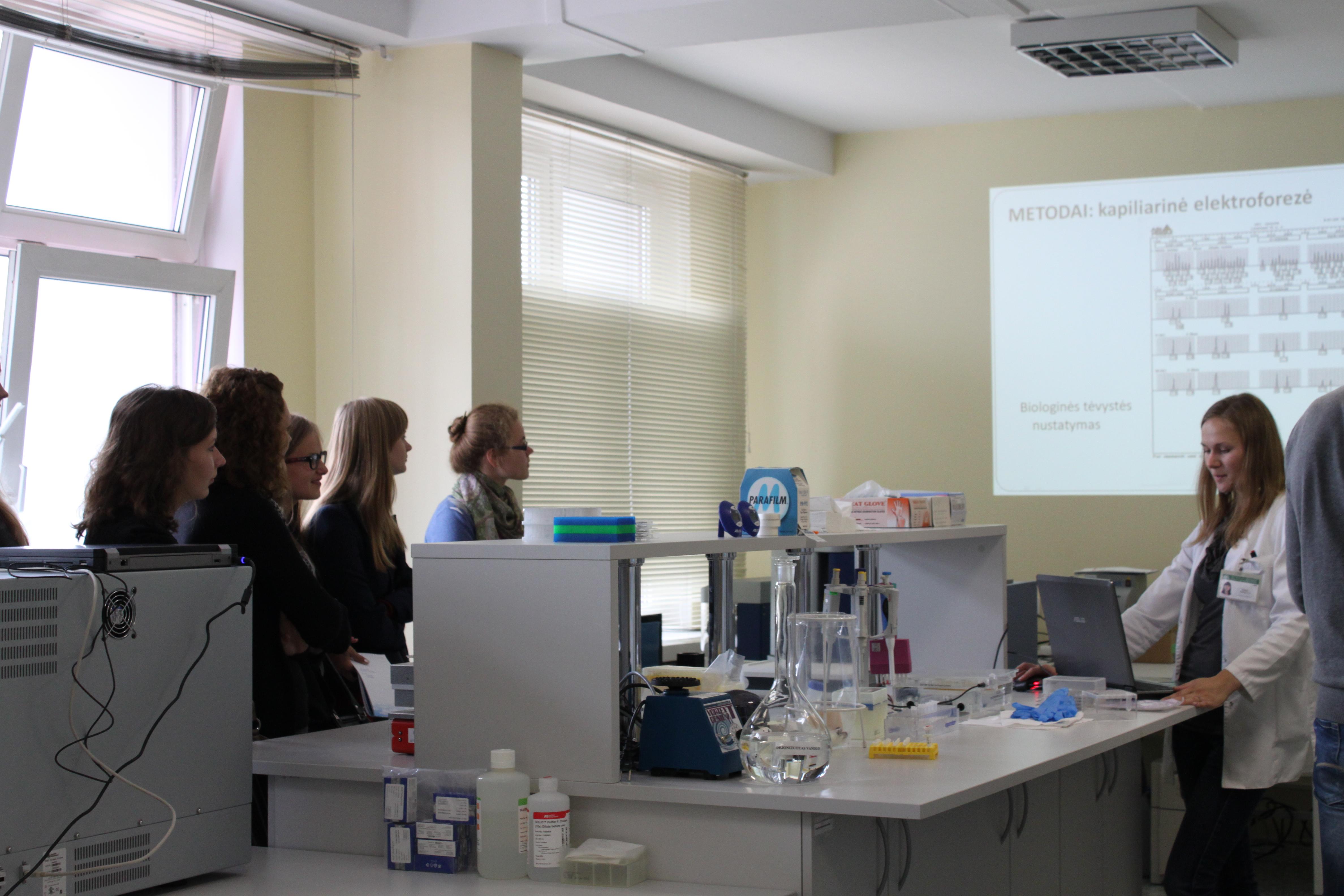 Dokt.Ingrida Pepalytė pristato Molekulinės genetikos laboratoriją.